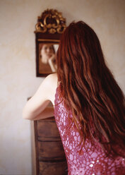 Redhaired woman, rear view - PE00121
