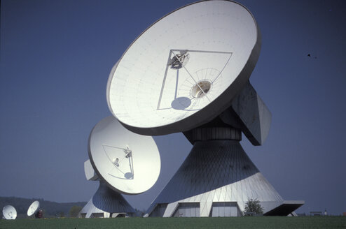 Satellite dishes in field - 00012MB