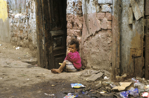 Egypt, Boy (2-3) crying by house - 00007AA