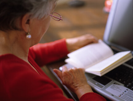 elder women studying - DK00074