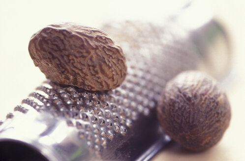 Nutmeg and grater, close-up - 00414AS