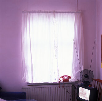pink room with telefon and tv - UK000038