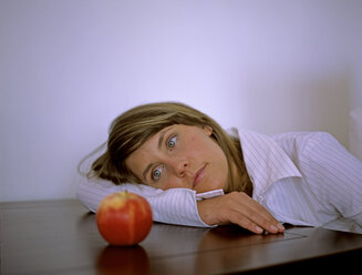 Woman with apple - DK00038