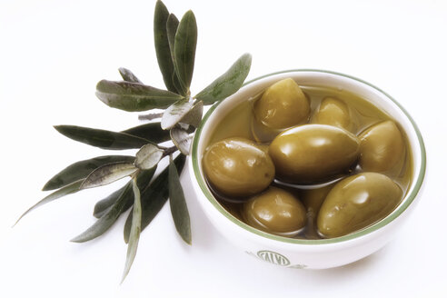 Olives in bowl and leaves, close-up - 01736CS-U