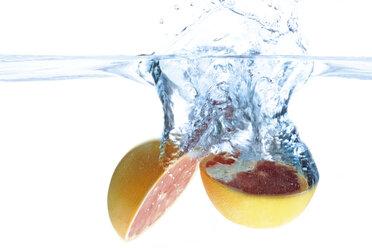 Grapefruit splashing into water - 01555CS-U