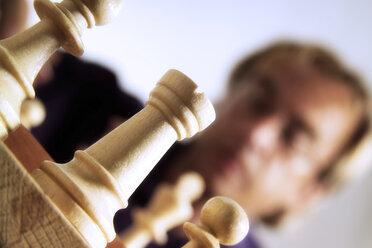 Man playing chess - 02246CS-U