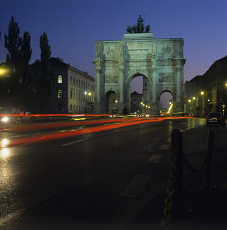Germany, Munich, Siegestor at night - NHF00025