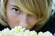 Young woman eating popcorn, close-up - MFF00089