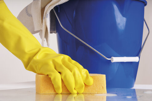 Person cleaning with sponge - 00026LRH-U