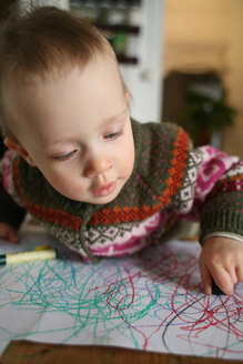 Little boy doodling with wax crayons - PMF00402