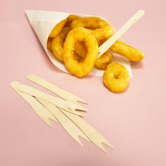 Fried calamari-rings in paper bag, close-up - WESTF00427
