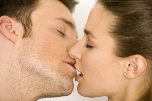 Young couple kissing, side view, close up - WESTF00508