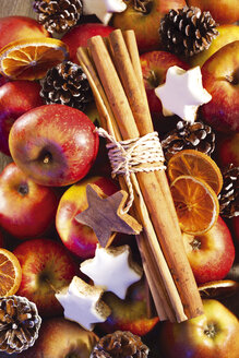 Apples, christmas cookies and cinnamon sticks - 03523CS-U