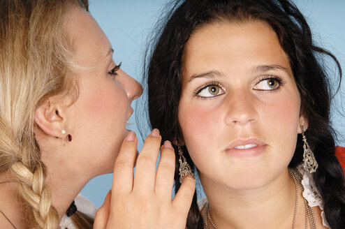Girls whispering - 00025LR-U
