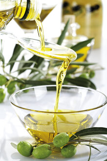 Fresh green olives and olive oil in glass bowl - 04392CS-U