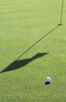 Golf ball on golf course, close-up - UKF00062