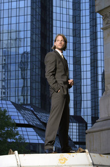 Germany, Frankfurt M., young business man in front of Deutsche-Bank-Tower - KM00448