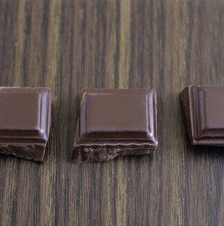 Chocolate pieces in a row, close-up - COF00062