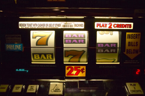 USA, Las Vegas, slot machine, close-up - TH00285