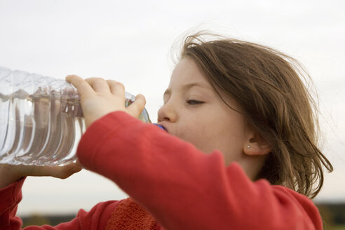Girl (7-9) drinking from water bottle, side view - RDF00199