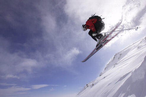 Italy, Gressoney, person jumping ski, low angle view - FFF00698
