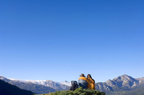 Couple in mountains, watching summits - HHF01109
