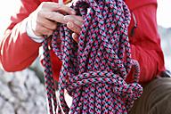 Man holding climbing rope - FFF00728