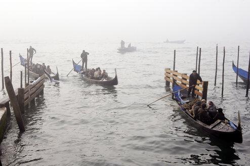 Italy, Venice, gondolas and gondoliers - 00191LR-U