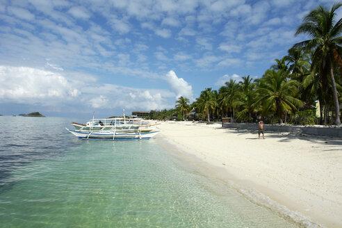 Philippinen, Visayas, Malapascua Island,  boats at beach - GNF00851