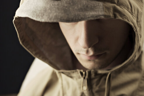 Young man wearing hood jacket, close-up - DW00062