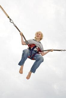 Boy (10-12), bungee jumping - NHF00287