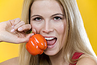 Woman eating bell pepper, close-up - MAEF00237
