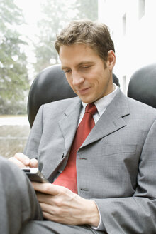 Businessman with palmtop - NHF00408