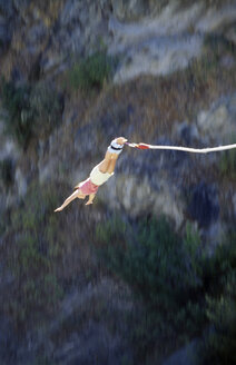 Young woman bungee jumping - GNF00875