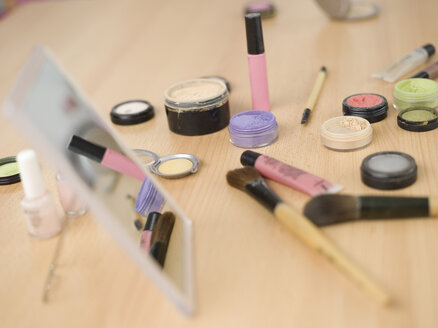 Cosmetics on table, close-up - KMF00921