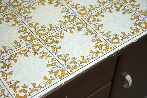 Tiled top on cupboard, close-up - TL00063
