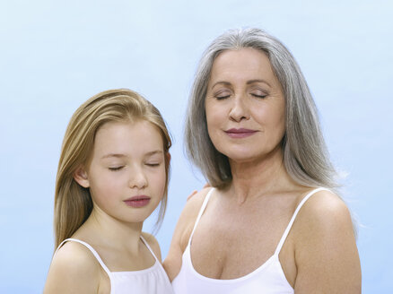 Grandmother and granddaughter, portrait - WESTF05323