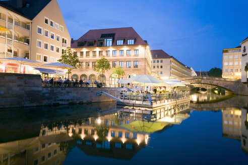 Germany, Nuremberg, promende at the waterside - MSF02073