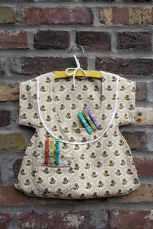 Bag for clothespins on clothesline, close-up - GW00489