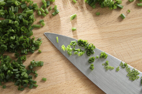 Chives on Cutting Board, close-up - TL00116