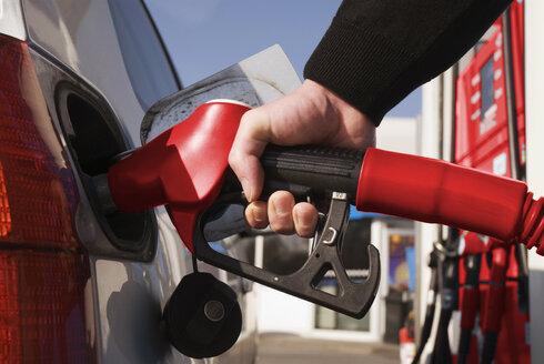 Man refuelling car, close-up - NHF00547