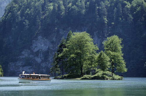 Germany, Bavaria, Berchtesgadener Land, Tourist boat on Koenigssee - FFF00820