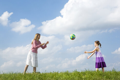 Mother and daughter playing with ball - LDF00540