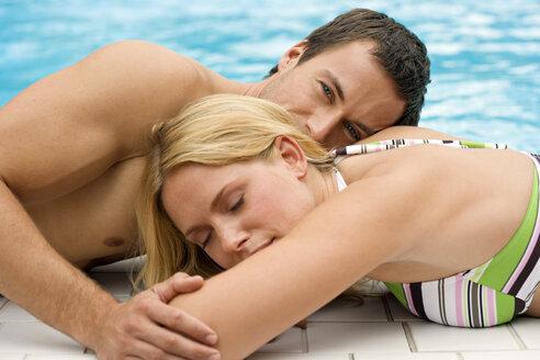 Germany, young couple at swimming pool, close-up - BABF00324