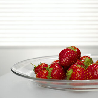 Strawberries on plate, close-up - CHKF00467
