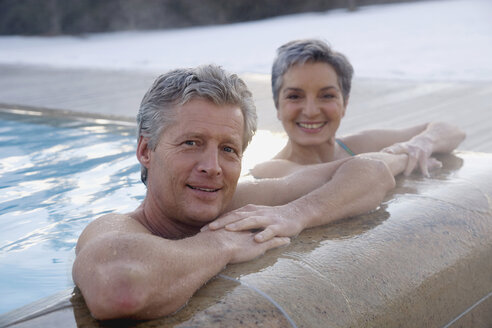 Mature couple relaxing in outdoor spa, portrait - WESTF07734