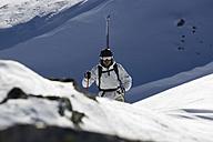 Austria, Arlberg, Albona, Man skiing in Alps - MRF01069