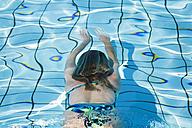 Woman swimming in pool - GWF00649
