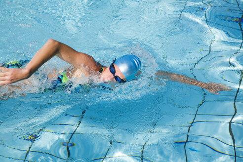 Woman swimming in pool - GWF00646