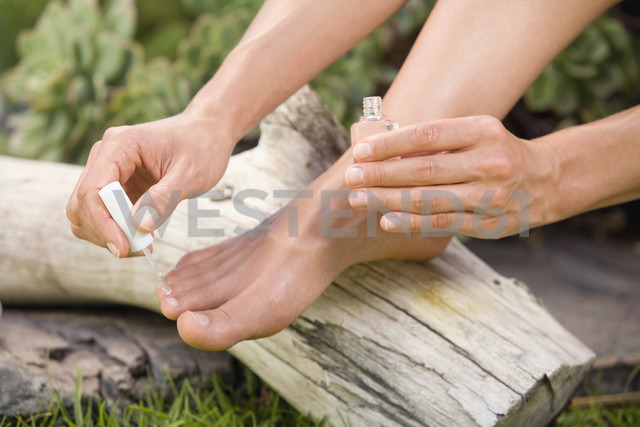 Woman painting her toenails, low section - ABF00198 - Bela Raba/Westend61